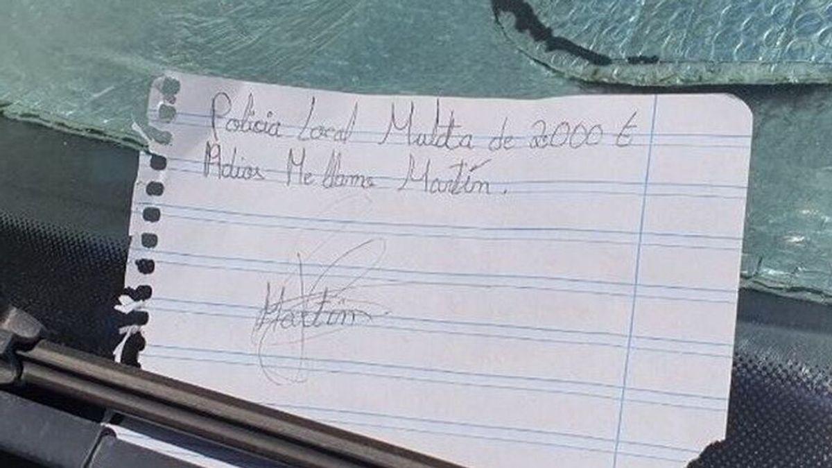Un niño gaditano 'multa' a un coche mal aparcado con 2.000 euros y la Policía Local le alaba