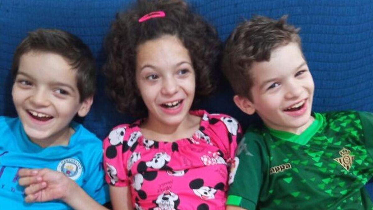 Una familia pide ayuda para salvar a sus hijos, afectados por una rara enfermedad sin cura