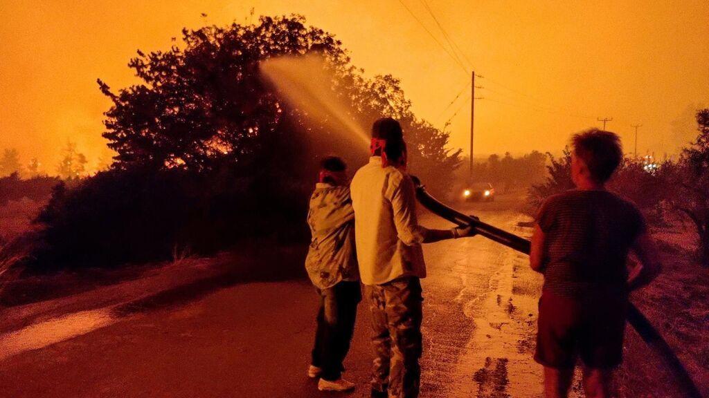 La desesperada lucha contra el fuego en Grecia