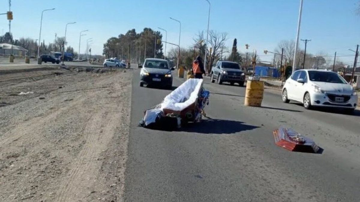 Un coche fúnebre pierde el ataúd camino del funeral: el cuerpo se quedó sobre el asfalto