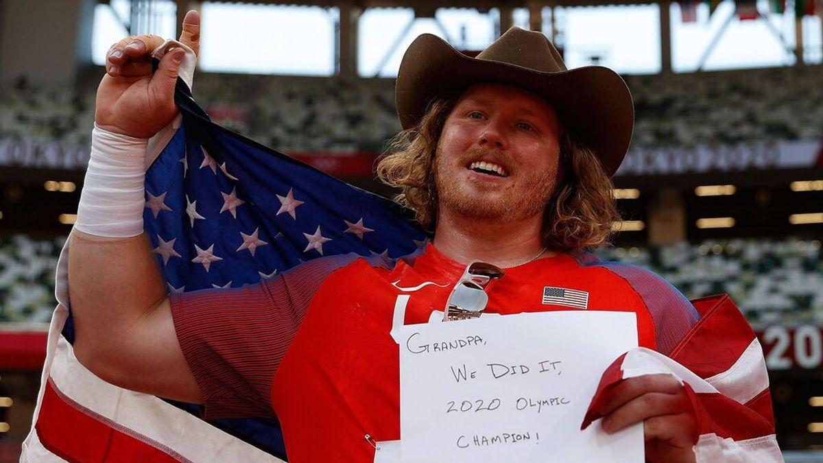 """El homenaje de Ryan Crouser, oro en lanzamiento de peso, a su abuelo fallecido: """"Lo hicimos"""""""