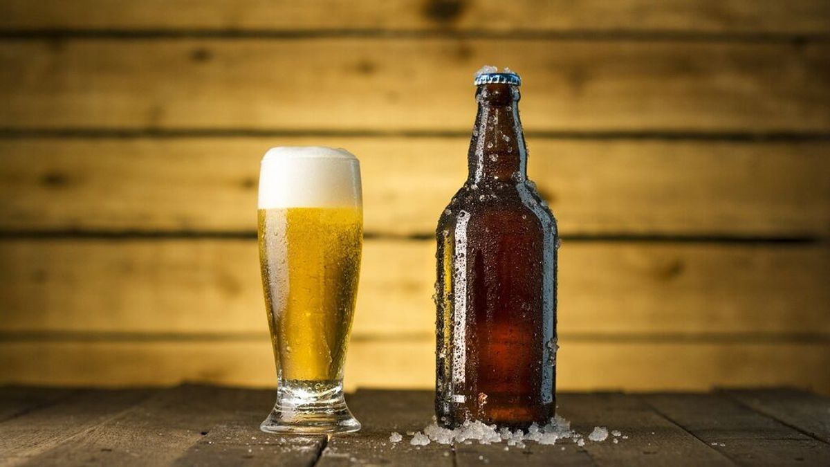 Oda a la cerveza espumosa y fresquita: trucos para servirla en casa y que sepa como en el bar