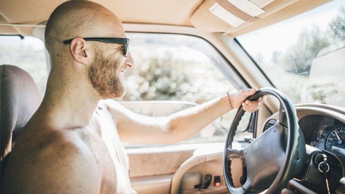 Conducir sin camiseta: multas a las que te expones por intentar evitar el calor