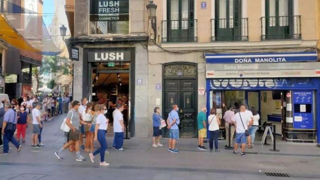 Colas para comprar décimos de la Lotería de Navidad 2021 en administraciones como Doña Manolita, en Madrid