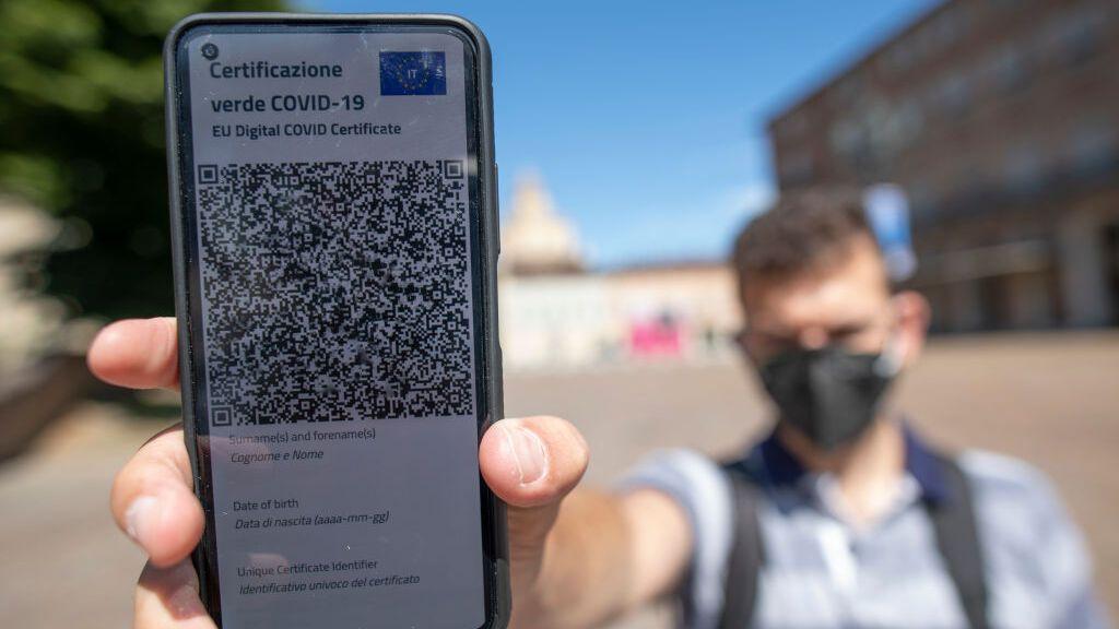 Italia impone hoy el pase verde para acceder a la hostelería y, a partir de septiembre, ara la educación y el transporte