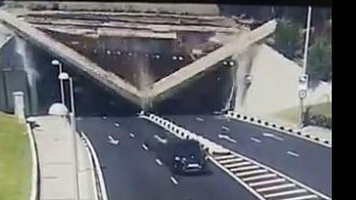 Un coche se salva por segundos del derrumbe en un puente de Madrid