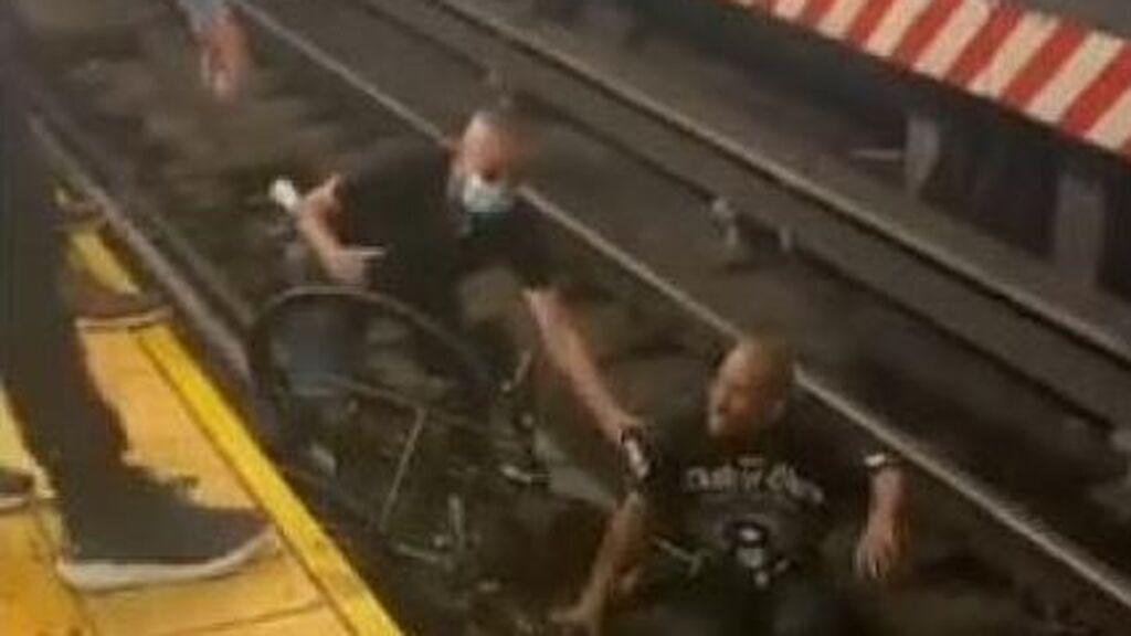 Rescate agónico en el metro de Nueva York: un hombre en silla de ruedas cae a las vías