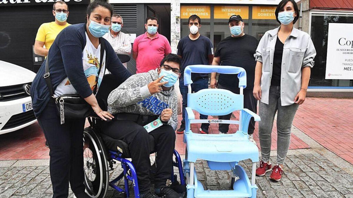 Una silla para Ezequiel: el regalo de unos taxistas a un joven discapacitado