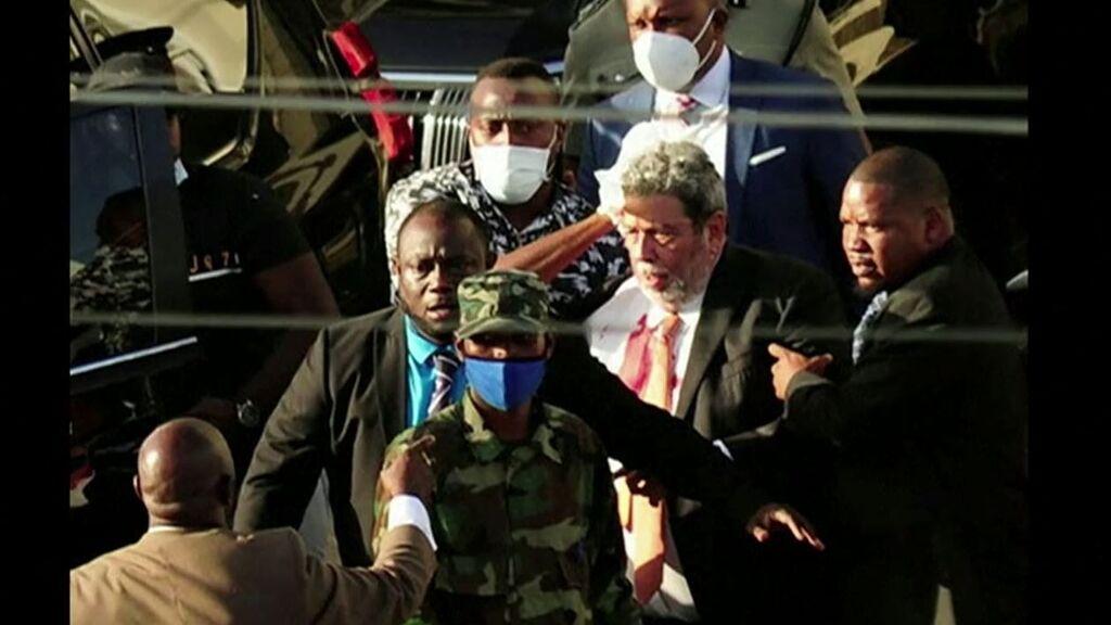 Zarandeado y apedreado el primer ministro de San Vicente y las Granadinas por sus medidas anticovid