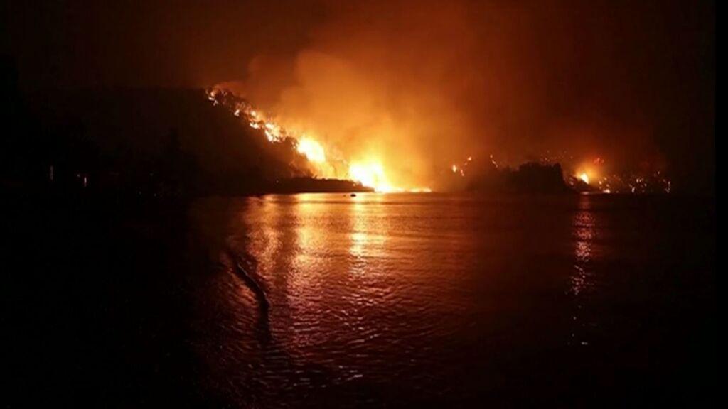 El fuego devora la isla griega de Evia: 650 personas escapan de las llamas en barco