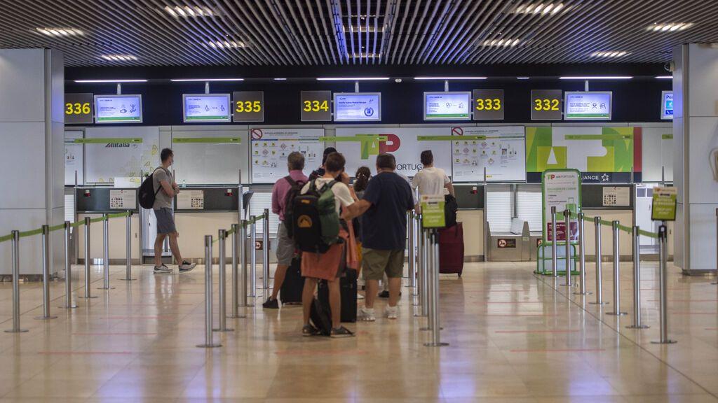El laberinto del pasaporte covid con una sola dosis: vuelo a Ecuador con escala en Usera para un test de antígenos