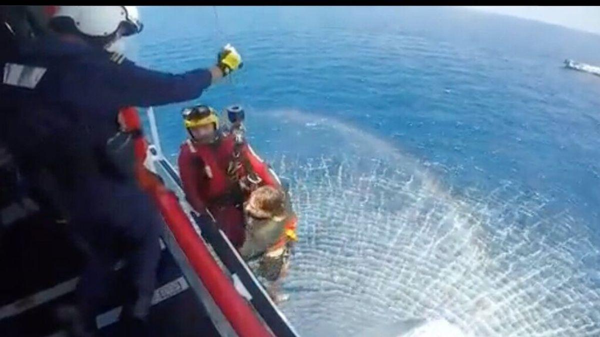 Rescatan a tres personas y un perro tras incendiarse y hundirse un yate en Dénia, Alicante