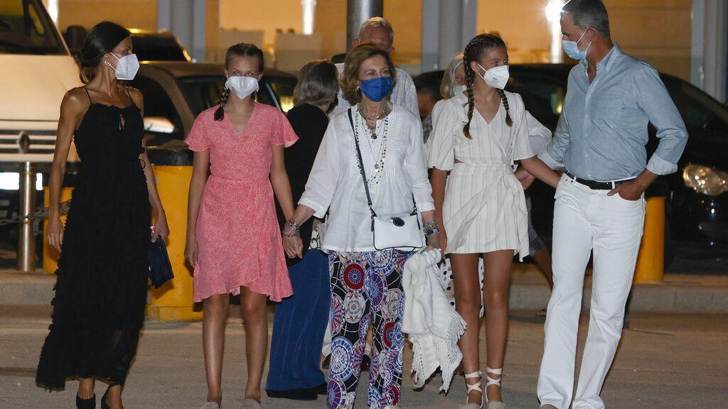 Los reyes y sus hijas cenan con la reina Sofía en su primera imagen en Palma