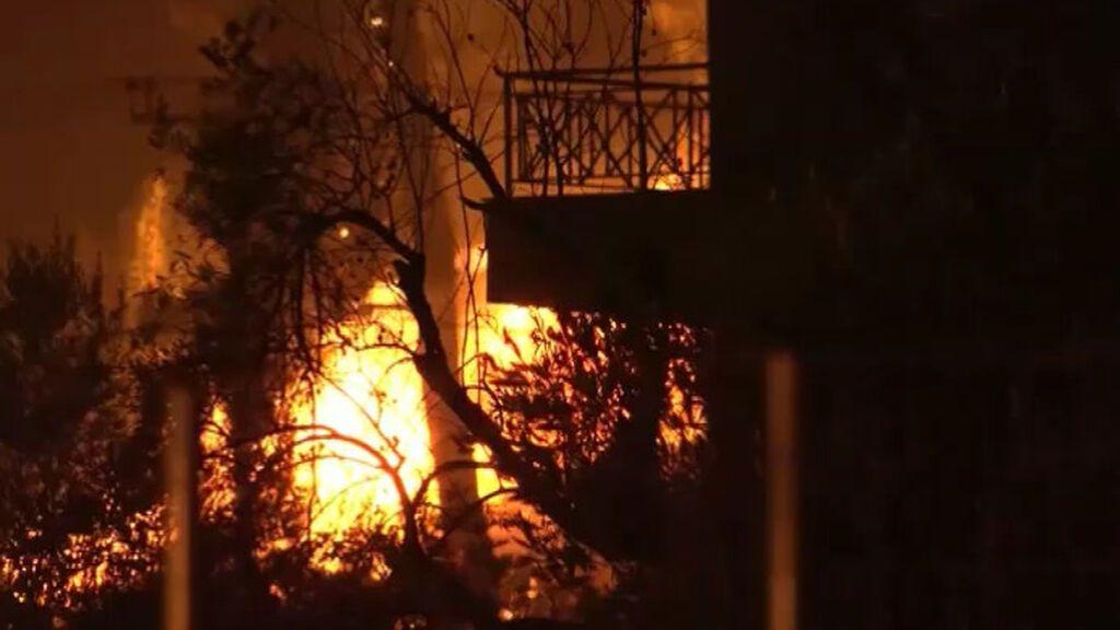 El fuego azota descontrolado Grecia: ya ha destruido bosques, casas y negocios