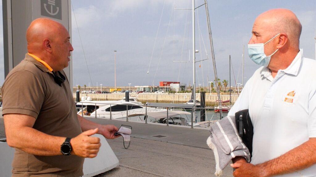 Dos navegantes conversan en el puerto de Barbate