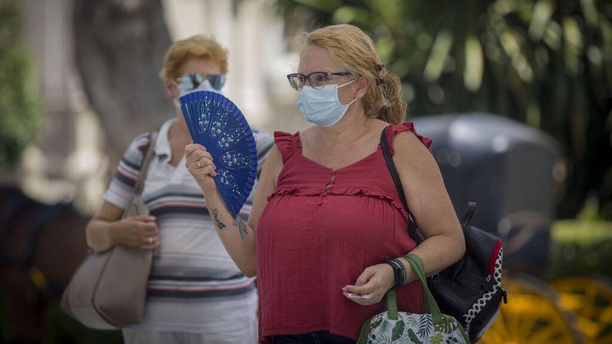 Una mujer utiliza abanico para combatir el calor