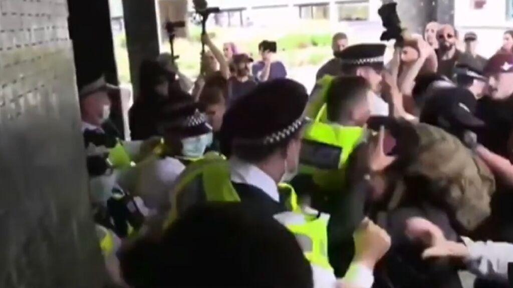 Disturbios en la protesta negacionista contra el certificado covid ante la BBC en Londres