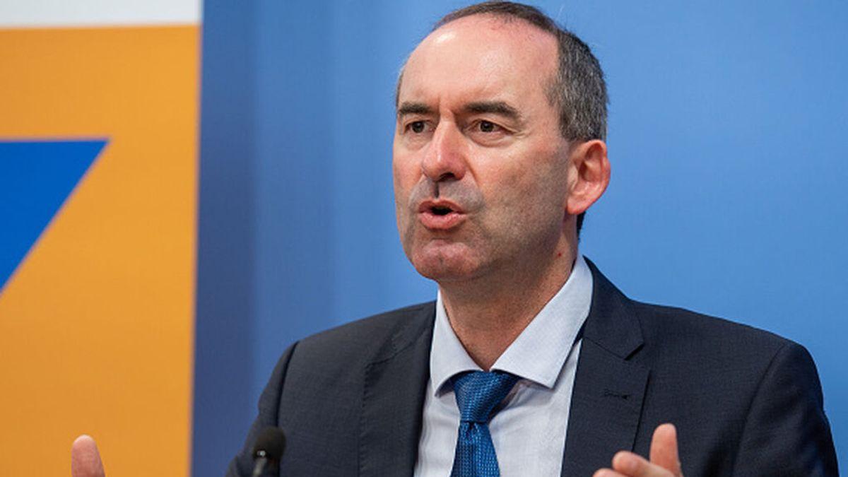 """El ministro y vicepresidente bávaro que rechaza vacunarse """"hasta que no tenga sentido"""""""