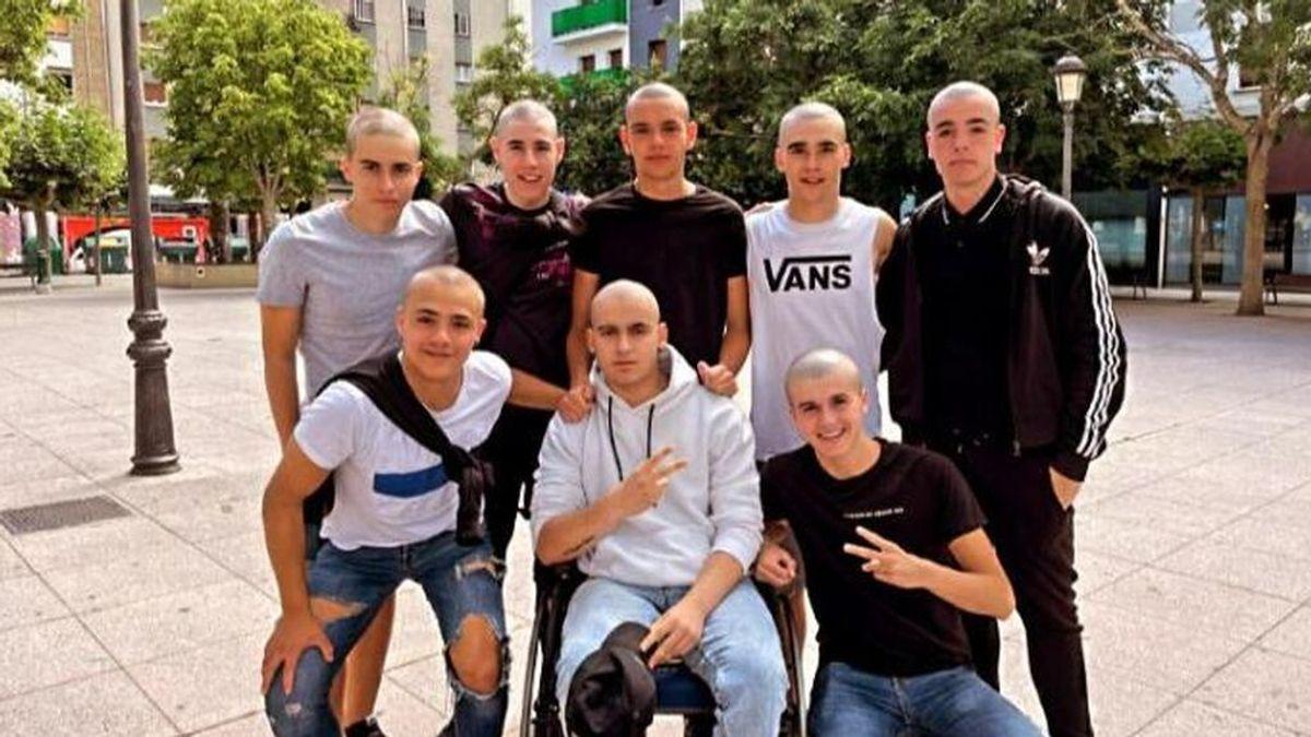 Grupo de amigos rapados por el cáncer de Alai Moreno