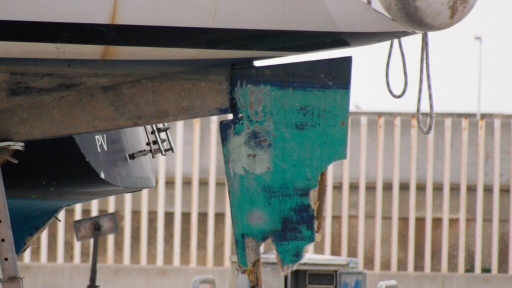 El timón de un velero dañado por las orcas en el varadero de Barbate
