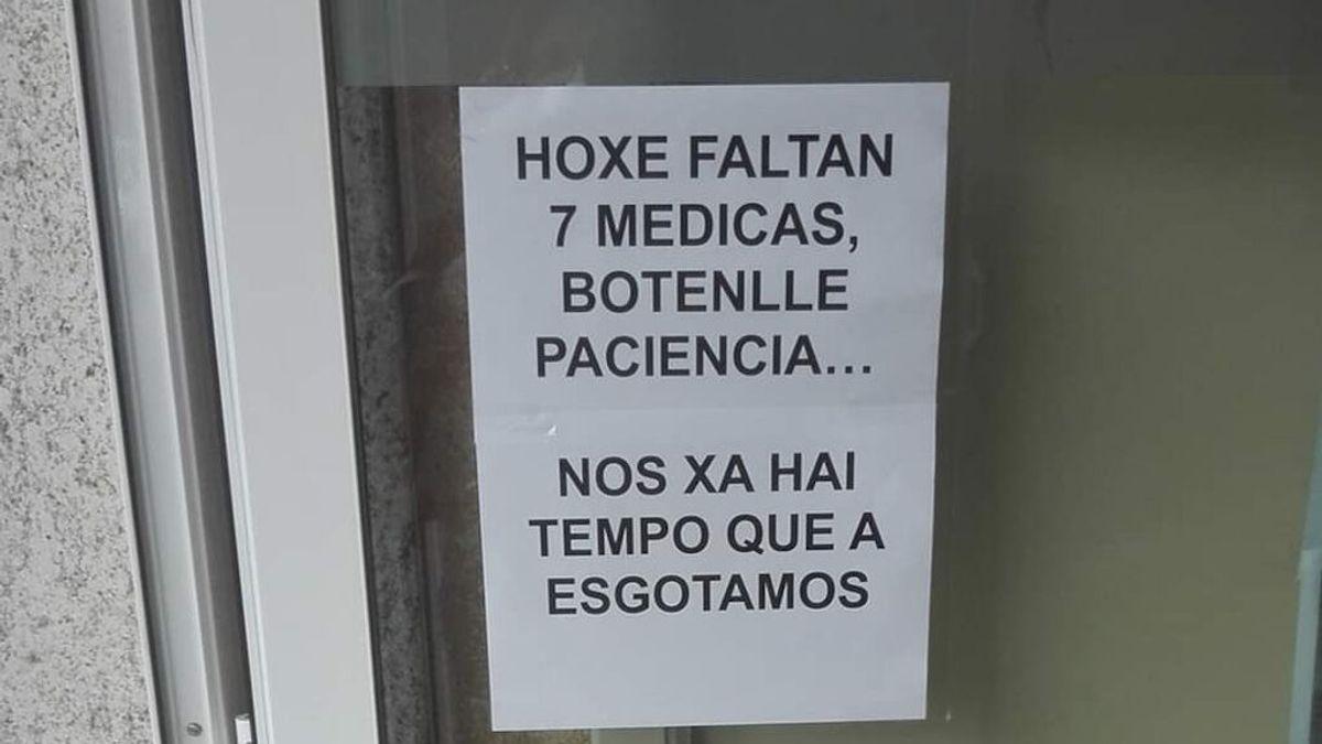 """El cartel de bienvenida en un centro de salud gallego: """"Hoy faltan siete médicas, échenle paciencia"""""""