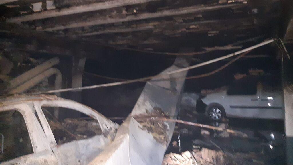 2.000 litros de agua para extinguir un incendio que ha destrozado el garaje de un bloque de pisos en Sanlúcar de Barrameda