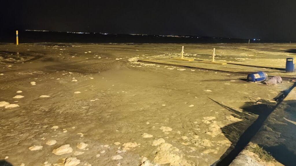 Una risagga engulle la playa de Santa Pola y provoca numerosos daños