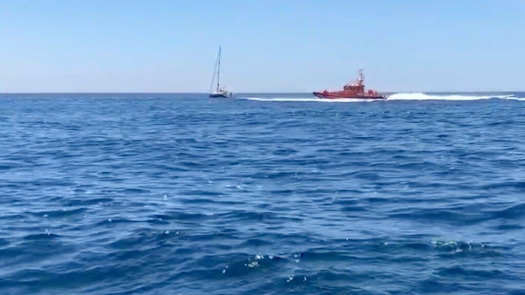 Salvamento Marítimo ayuda en velero en una interacción con orcas