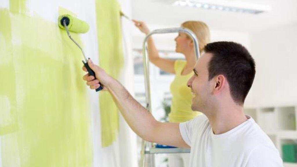 En el caso de que sea una pintura hecha a base de látex deberas usar disolvente.
