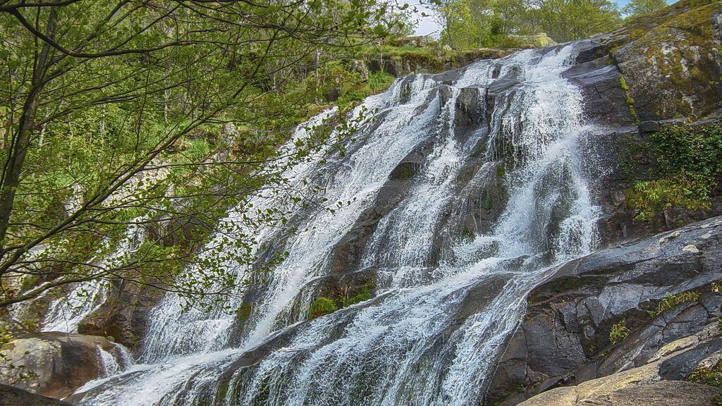 Hay vida más allá de la playa: cascadas en España para refrescarse en verano