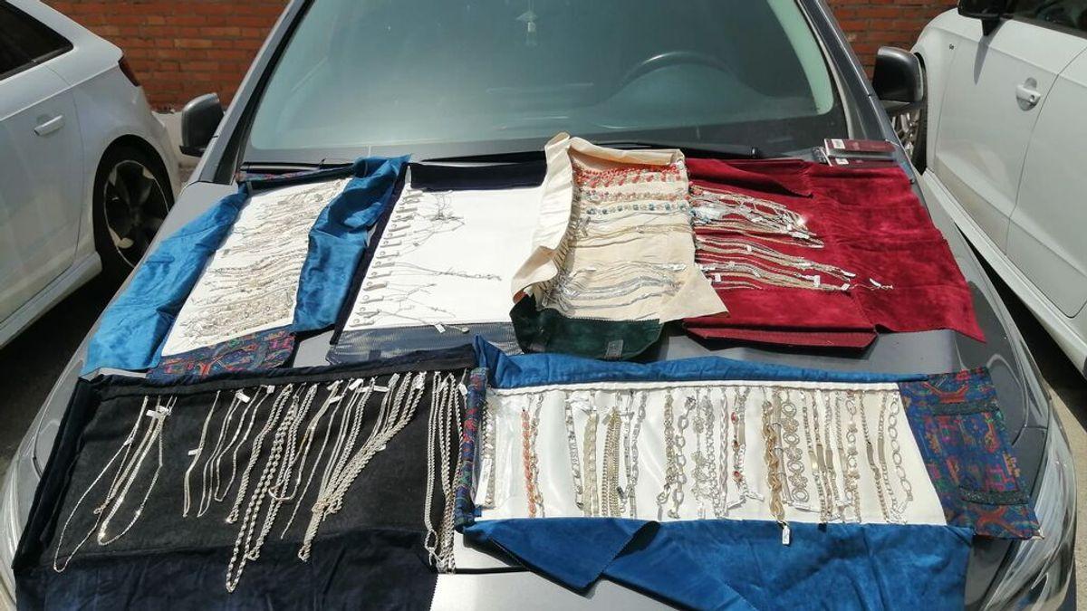 Atracan una joyería en Cádiz y arrojan parte de lo robado por la ventanilla del coche en su huida