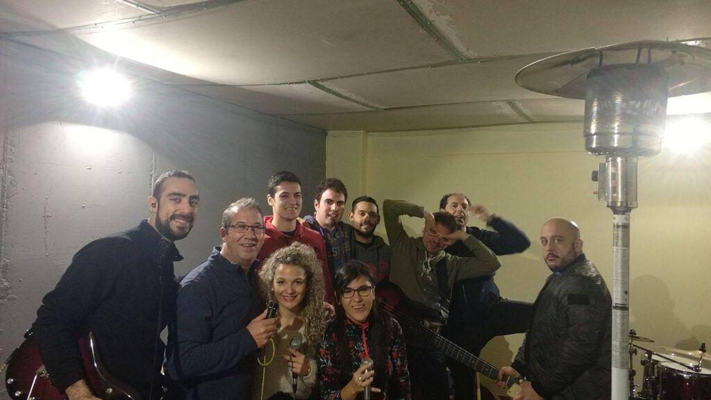 Orquesta_De_La_Luna_Chema_al_fondo_pierna_en_alto