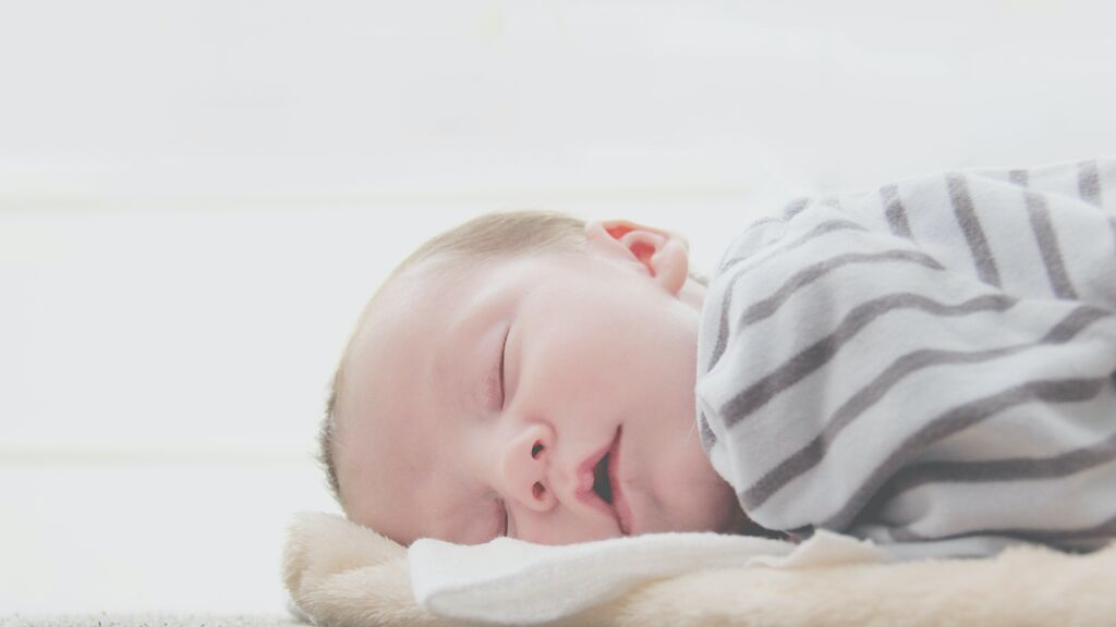La mejor forma de arropar a un bebé recién nacido para dormir