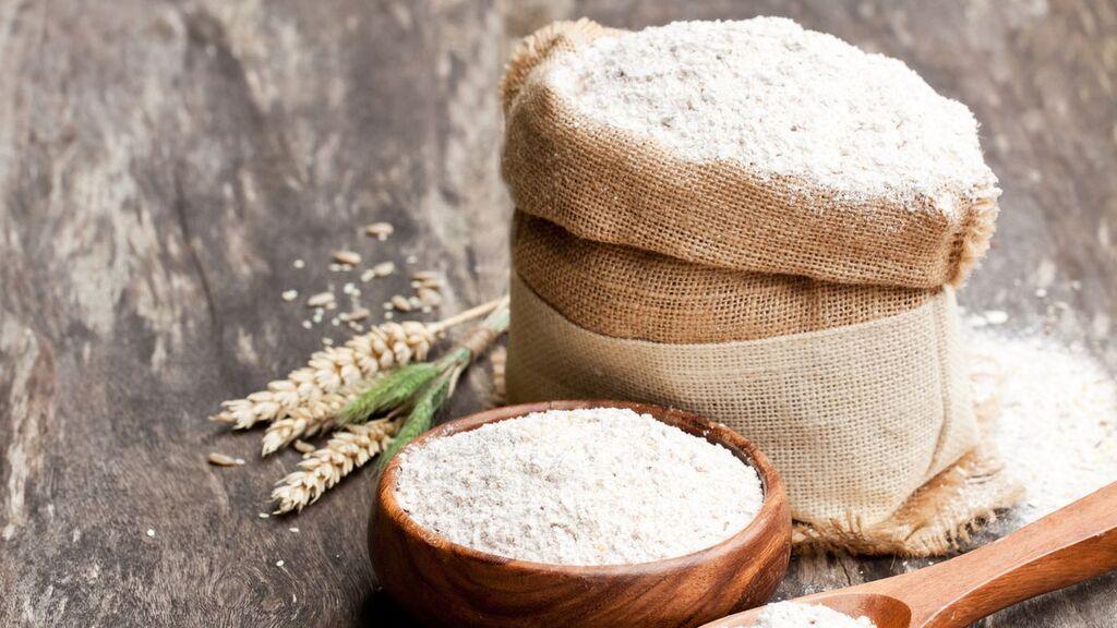 La harina también podrá limpiar bien el suelo.
