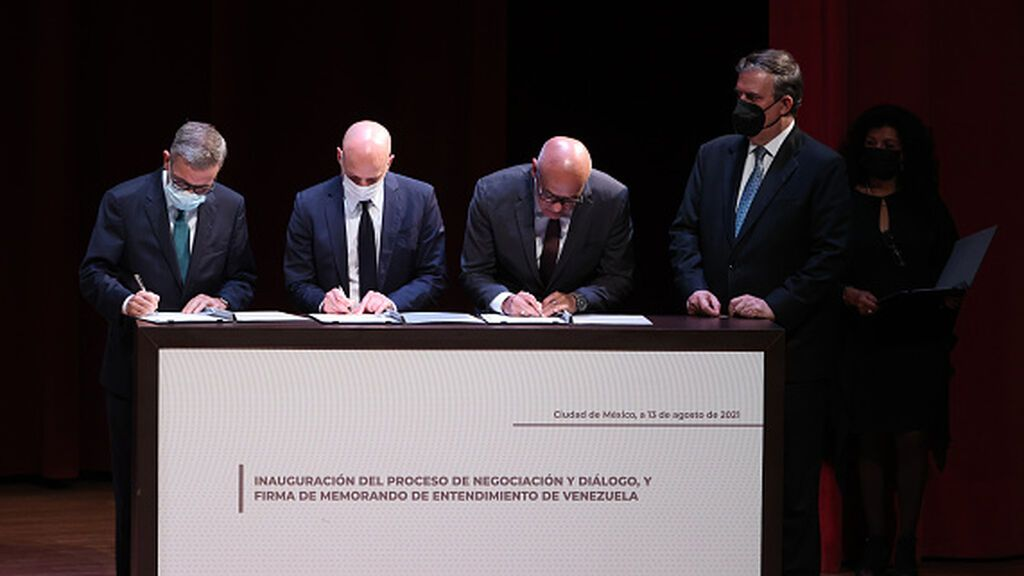 """Conversaciones de México: gobierno y oposición venezolanos firman un """"memorando de entendimiento"""""""