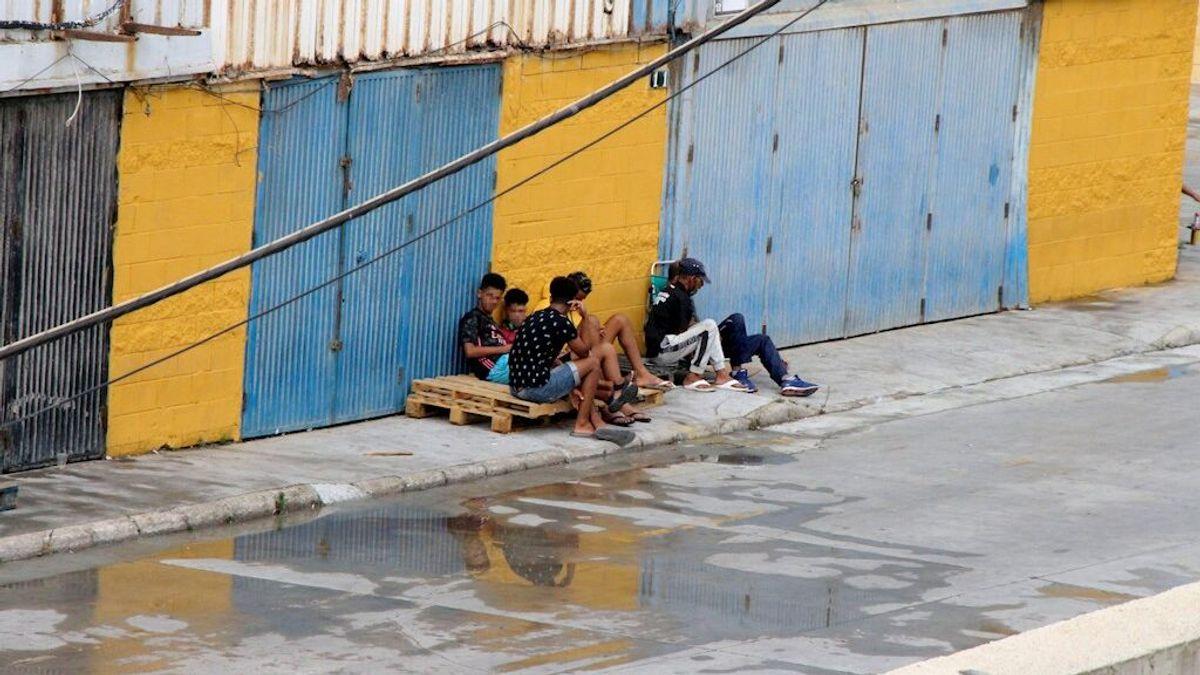 Medio centenar de menores se fugan de un polideportivo en Ceuta ante el temor de ser repatriados