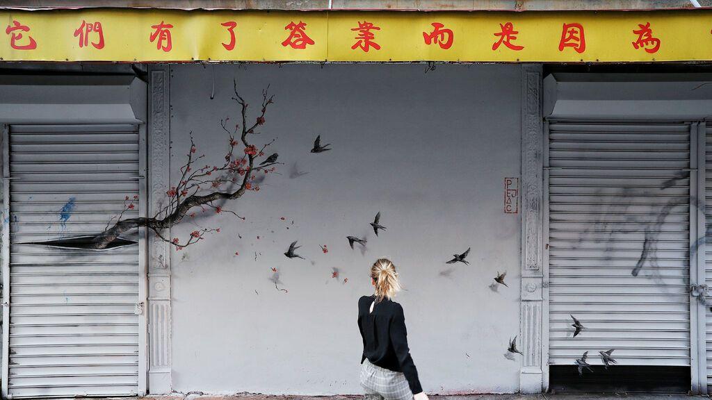 Las intervenciones urbanas de Pejac le han llevado a plasmar su arte en ciudades de todo el mundo