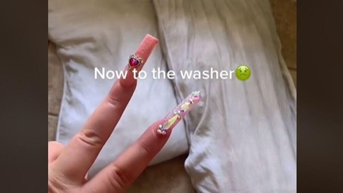 Lava las almohadas de su marido por primera vez en cinco años y muestra el cambio radical en TikTok