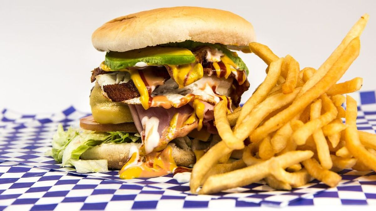 El arrepentimiento de una mujer tras comerse una hamburguesa triple que arruinó su vida
