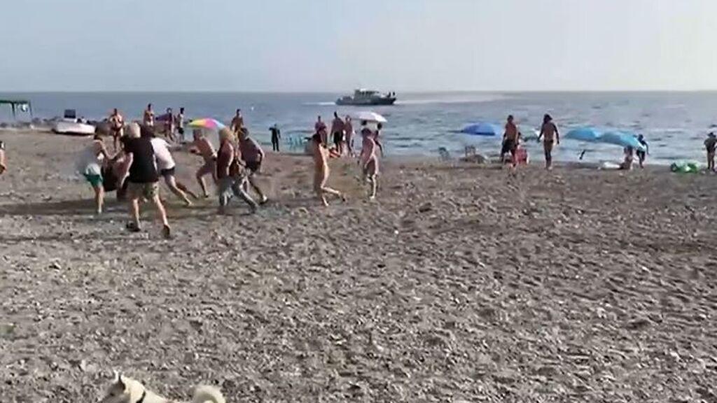 Los bañistas de una playa de Granada ayudan a detener a dos personas:  llevaban 700 kg hachís en una lancha