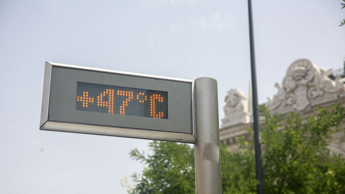 EuropaPress_3878986_termometro_parada_bus_gran_via_marca_47c_11_agosto_2021_madrid_espana