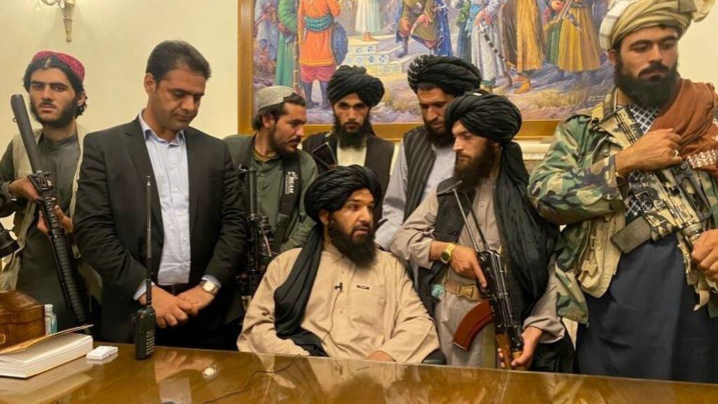 Los talibanes presumen de poder en el Palacio de Gobierno de Kabul