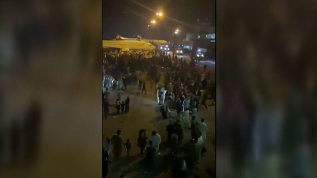 Miles de personas tratan de huir de Afganistán a la desesperada: España acelera sus planes de evacuación