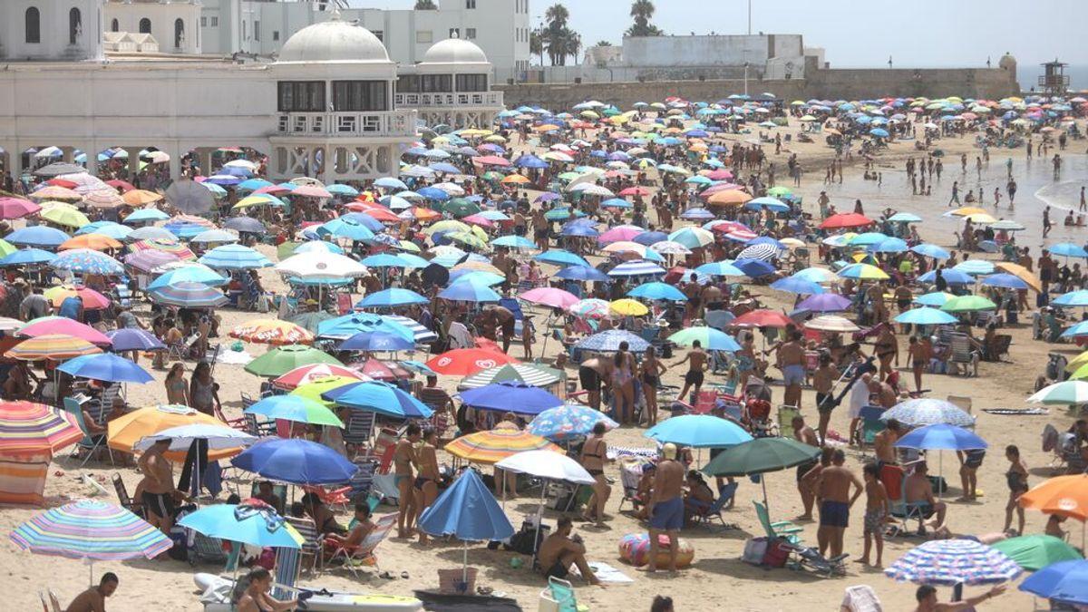 Las playas de Andalucía a rebosar en el puente de agosto con más calor que se recuerda