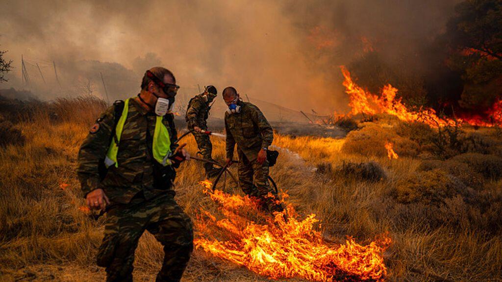Las llamas se acercan a Atenas avivados por el viento