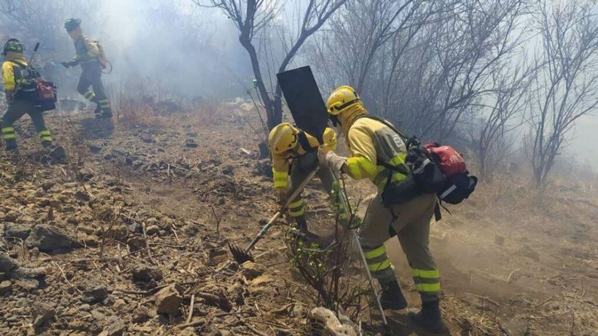 """El incendio """"descontrolado"""" en La Palma afecta a varias viviendas y obliga a desalojar a decenas de personas"""