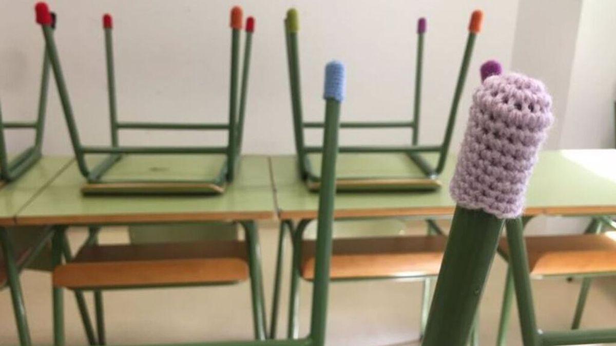 Ganchilleras tejen 'botas' para calzar sillas en colegios