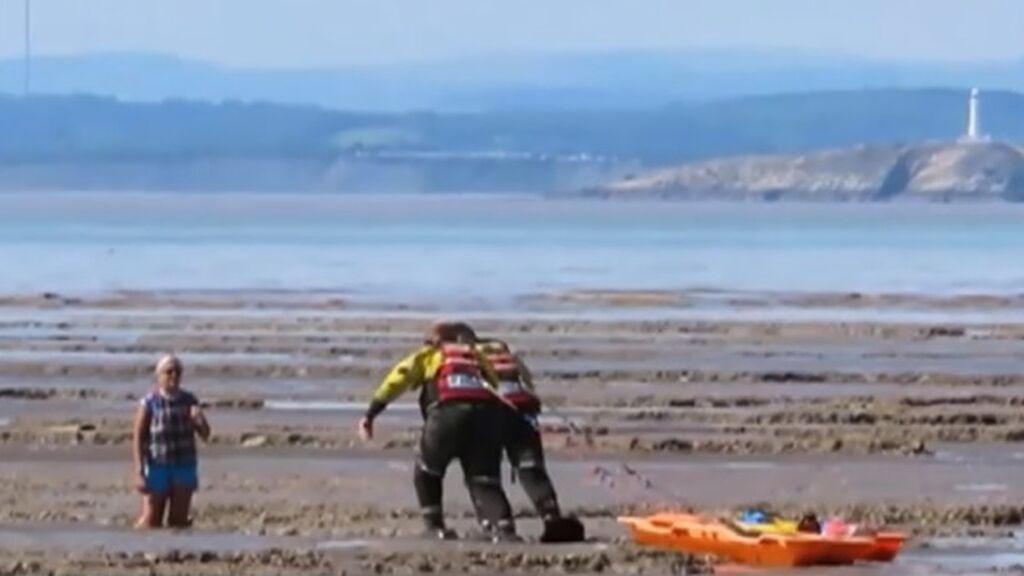 Rescatan a una mujer británica atrapada por el lodo de una playa: ignoró los carteles de advertencia