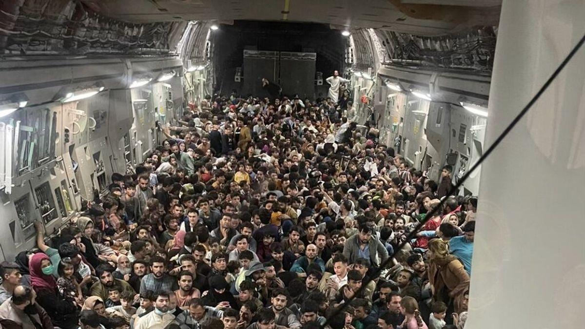 Más de 640 pasajeros se apiñan en la bodega de un avión militar de EE. UU. para huir de Kabul