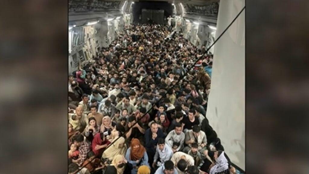 La imagen de la desesperación: más de 640 afganos hacinados en un Boeing militar estadounidense huyen de Kabul
